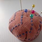小さな刺し子小物作品を紹介します。便利に使っている「針山」、ピンクッションっていうのかな?
